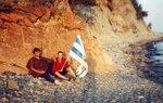 Леша Колбас и Саша Кубик с флагом Таганрога в Геленджике