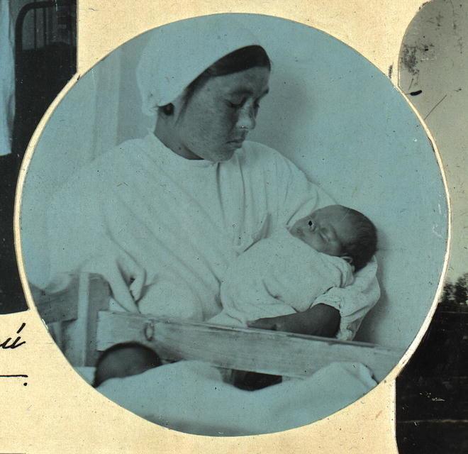 Медсестра с новорожденным ребенком