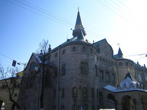 Был открыт в 1913 году в честь 300-летия династии Романовых. Банк был построен в архитектурной манере XVII века и отличался богатым внутренним убранством. Расположен банк на улице Большая Покровская, которая является пешеходной зоной для туристов.