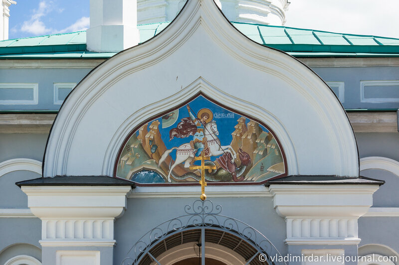 Коломенское. Фреска с изображением Георгия Победоносца на фасаде парадного крыльца церкви Св. Георгия Победоносца. Фокусное 55 мм.