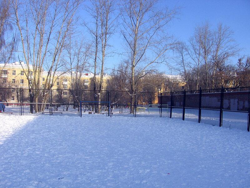 поле для игры в футбол за школой номер 3 саров