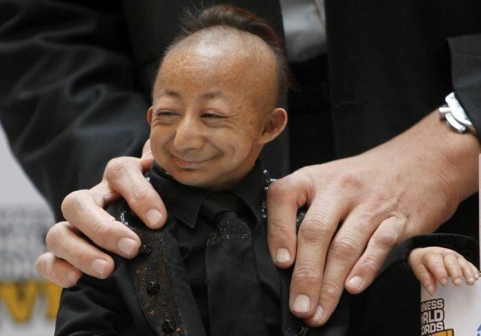 ...самый маленький человек в мире.  Смотрится эта парочка очень забавно.