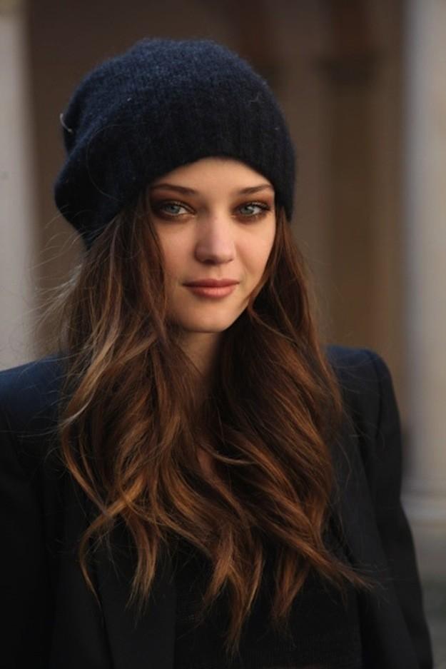 2. Современные шапочки очень женственные, особенно с длинными локонами.