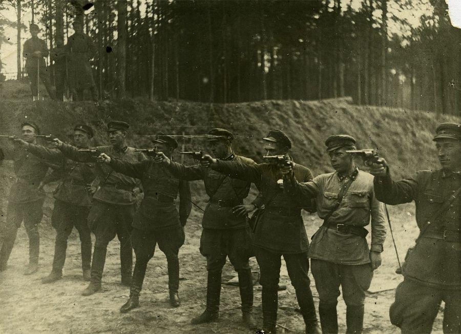 На заднем плане трое с лопатами. СССР,1937.