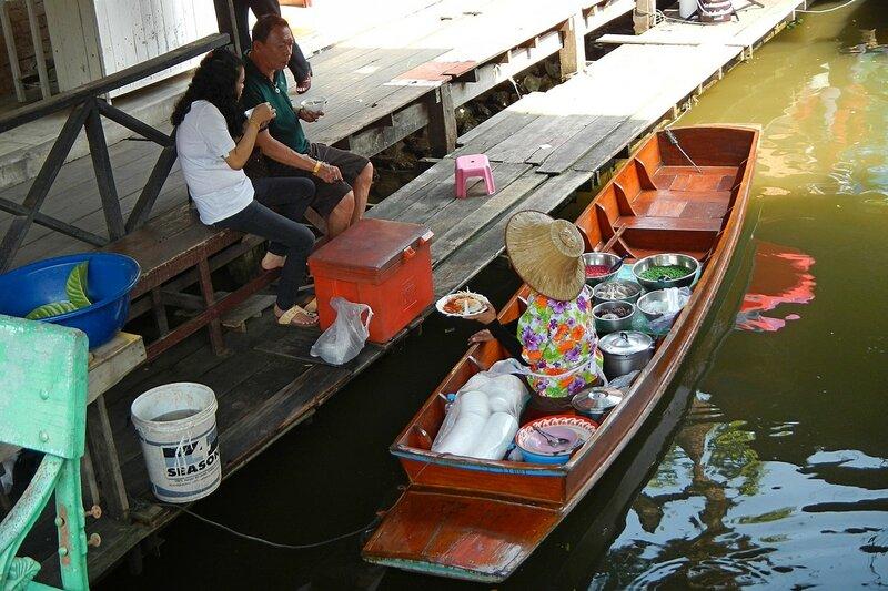 Продажа еды с лодки на плавучем рынке Талинг Чан, Бангкок, Таиланд