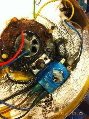 А там вонаночо! Обугленная изоляция, провода, изолента на тепловухе! Какой-то урод, принудительно застопорил тепловую защиту, контакты накалились, нагрели корпус релюшки, оплавилось всё вокруг вместе с изорлентой. И только после этого термореле сработало!