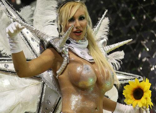 голые девки на карнавале фото