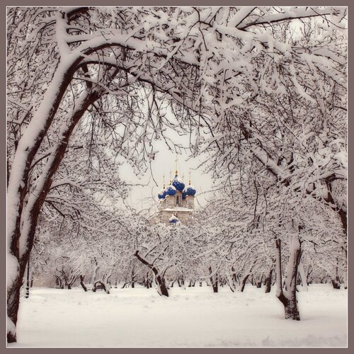 Сегодня будет Рождество,  весь город в ожиданьи тайны,  он дремлет в инее хрустальном  и ждет: свершится волшебство!