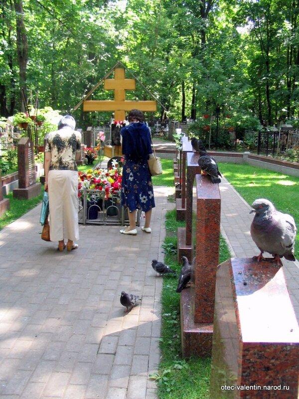 У захоронения всегда много голубей