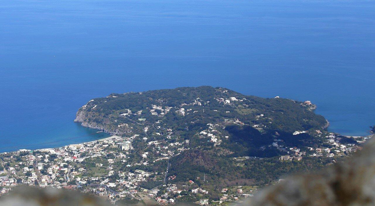 Искья.  Полуостров Карузо. Вид с Монте Эпомео.