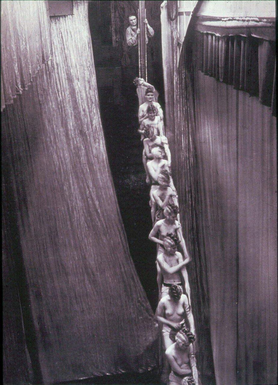 1932. Фоли Бержер. «Радуга»