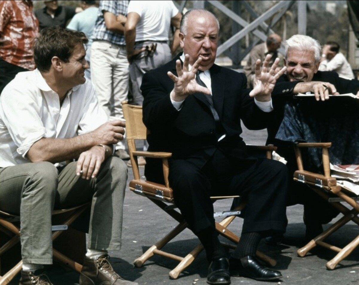 1963. Род Тейлор и Альфред Хичкок на съемочной площадке фильма «Птицы»