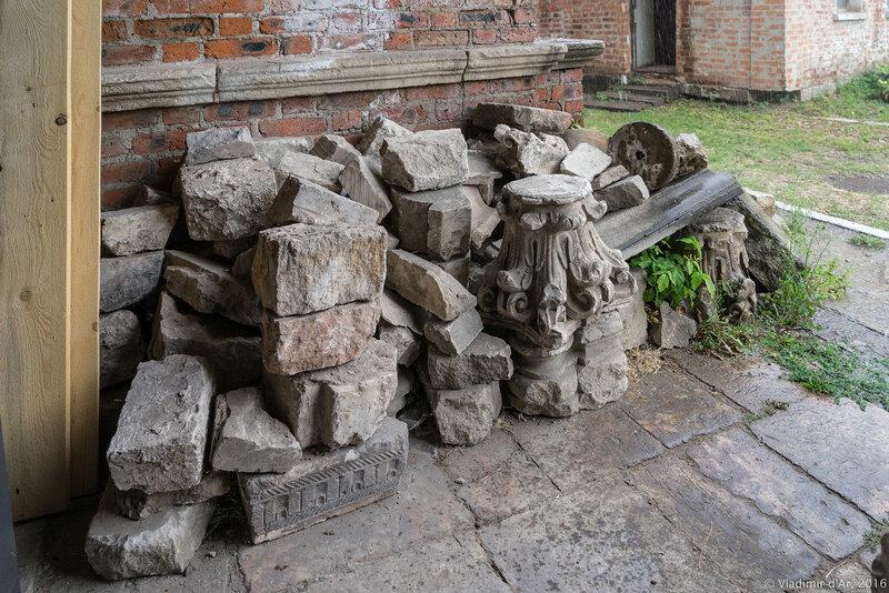 Белокаменные детали надгробий и настенных памятных досок