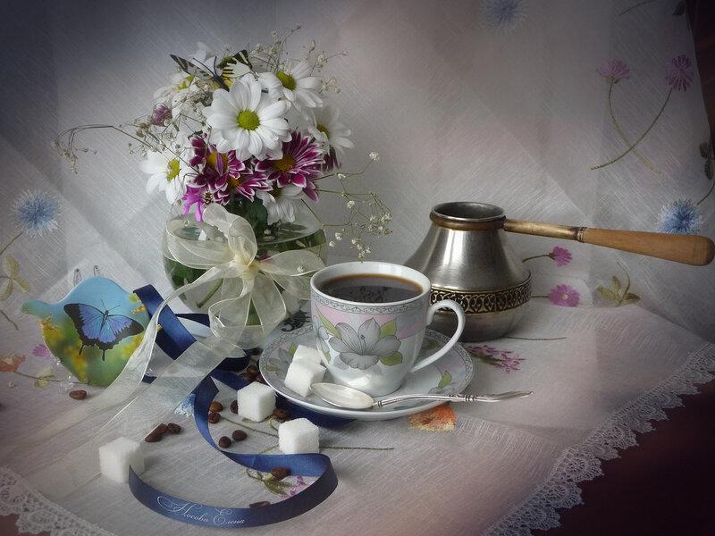 Кофе из чашечки с серебряной ложечкой.