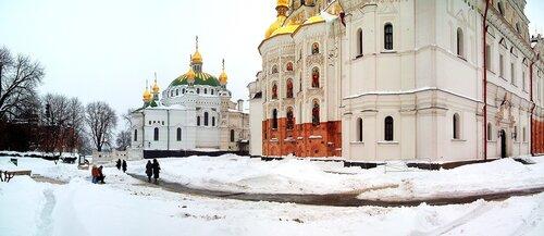 Задний двор Успенского собора зимой
