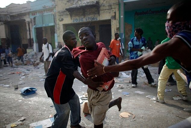 Анархия на Гаити Looters fight for products at a business area in Port-au-Prince