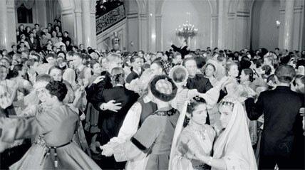 1955. Учащиеся ПТУ пришли на кремлевский новогодний праздник в национальных костюмах