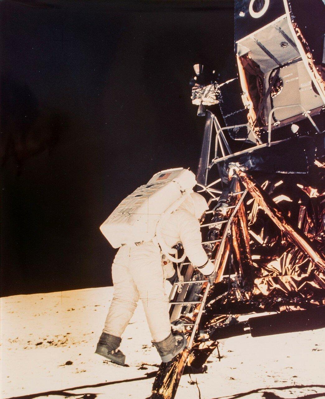 Это произошло в 109 часов 24 минуты 20 секунд полётного времени, или в 02 часа 56 минут 15 секунд UTC 21 июля 1969 года. На снимке: Базз Олдрин вторым из людей вступает на поверхность Луны
