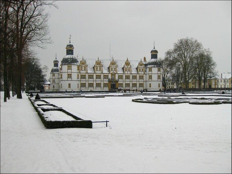 Нойхауз-шлосс и парк в стиле барокко