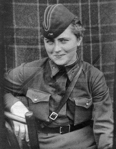 1 мая 1942 года. Лётчица 46 гвардейского Таманского авиационного женского полка ночных бомбардировщиков Евгения Жигуленко, к ноябрю 1944 года совершившая 773 ночных боевых вылета.  Библиотека изображений «РИА Новости».