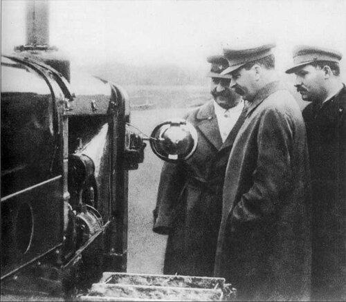 Сталин, Орджоникидзе и Каганович осматривают новую модель трактора. 1935 г.