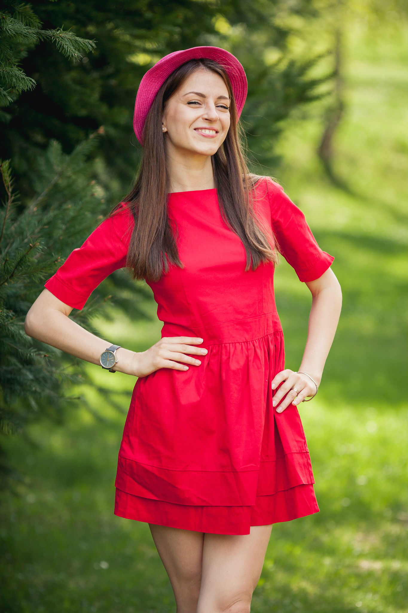 Веселая девушка в ярко-красном платье