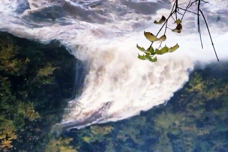 Шторм развернул водопад в обратном направлении