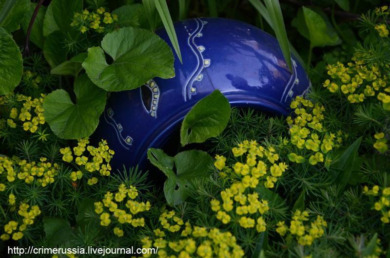 кувшин зарыт в землю декор в огороде саде