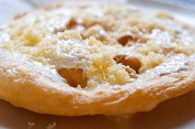 Блюдо представляет собой лепешку издрожжевого теста, которая жарится вкипящем масле. Подается чаще
