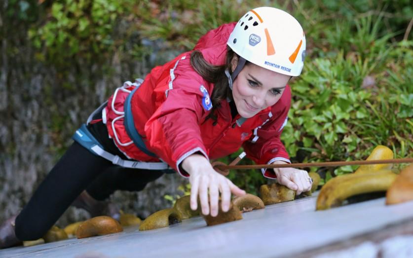 Кэтрин, герцогиня Кембриджская, занимается спортивным скалолазанием во время визита в образовательны