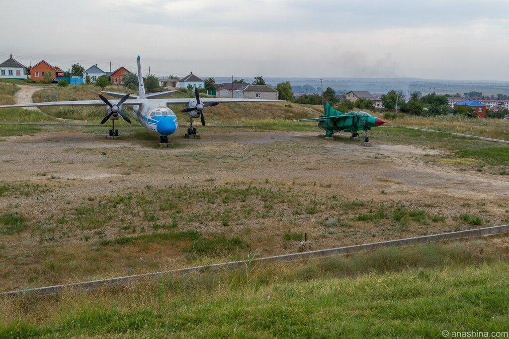 АН-24Б и МиГ-23УБ, Военная горка, Темрюк