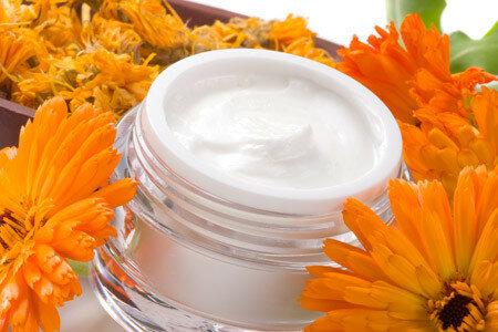 Кремы для лица и цветки календулы