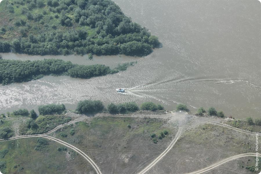 Моторная лодка плывущая по реке Селенга, в окрестностях Вознесеновки, рядом с Улан-Удэ