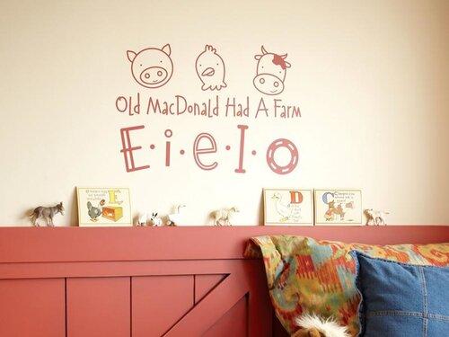 декорирование стен наклейками