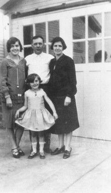 Deanna Durbin with sister Edith (left), father James, mother Ada