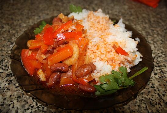 Гуляш из фасоли с рисом