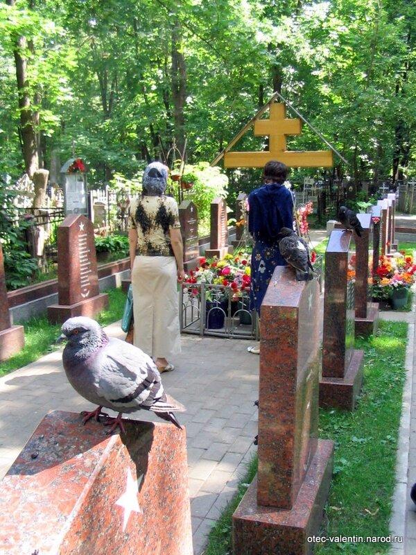 У захоронения всегда молится народ