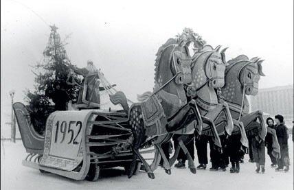1952. Дед Мороз выезжает на каток парка Горького