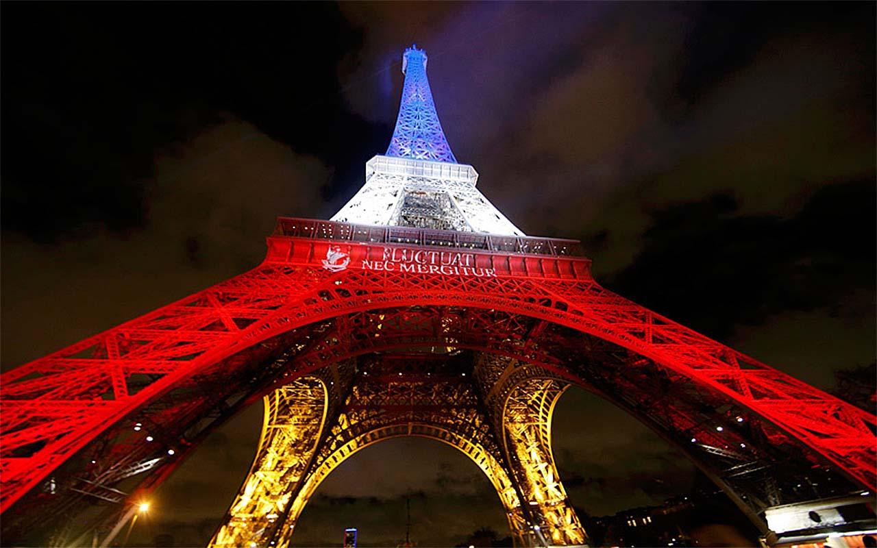 Эйфелева башня через неделю после терроризма в Париже