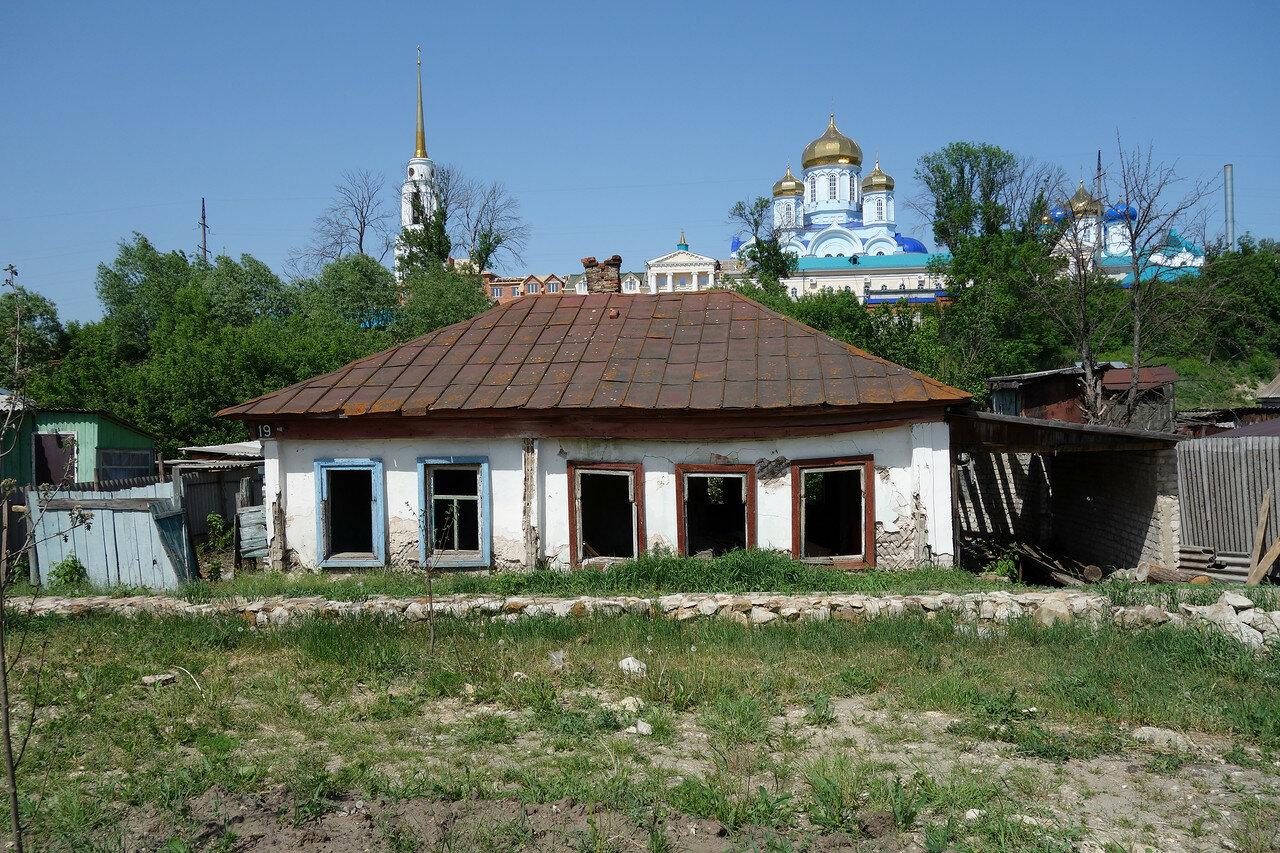 монастырь и брошенный дом