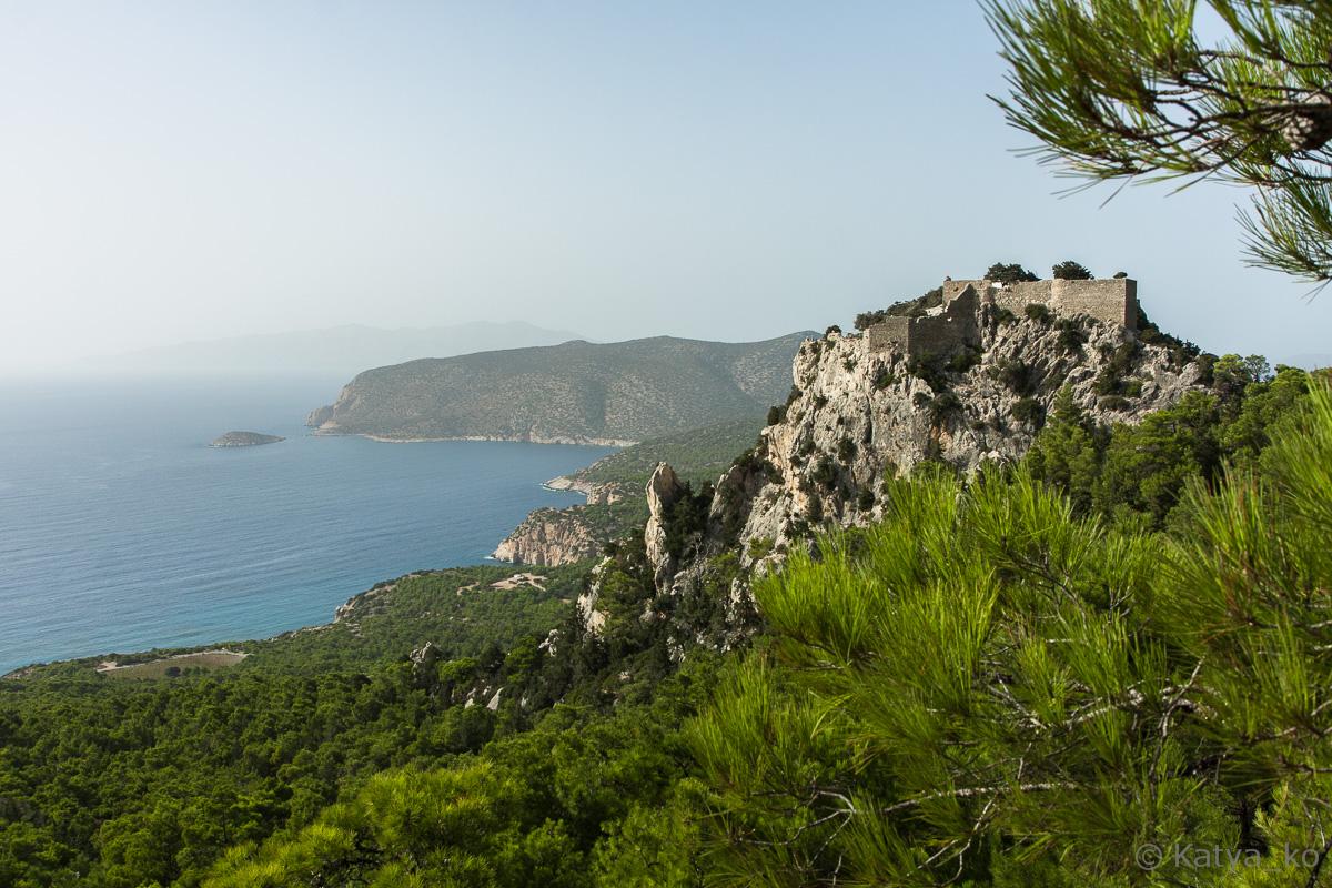 Вид на замок Монолитос