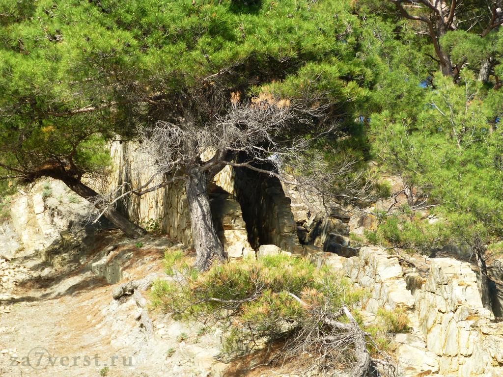 Пещера у Скалы-парус (Геленджик, Россия)