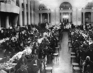 Раненые солдаты в зале Дворянского собрания. 1915 г.