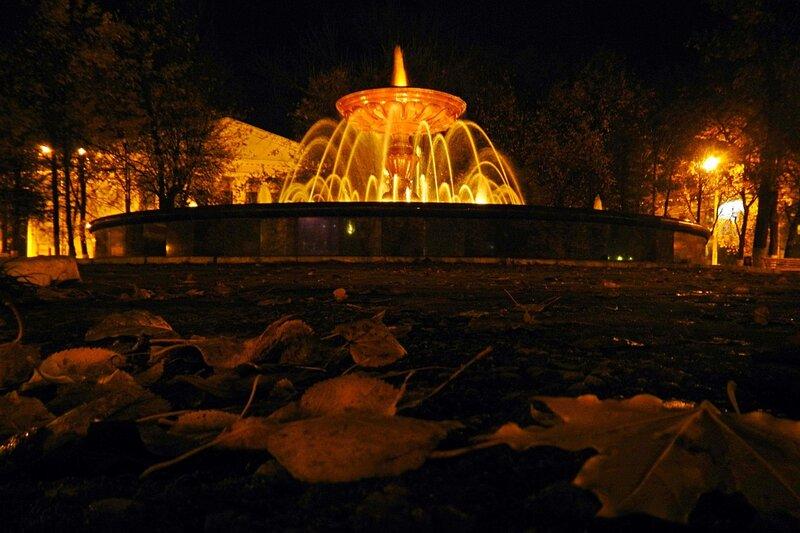 Ночное фото фонтана в сквере на Театральной площади в центре Кирова