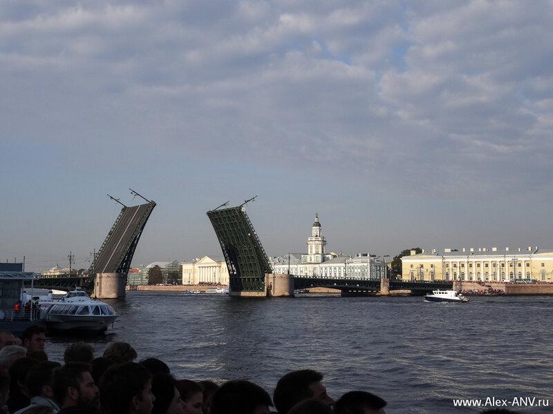 Редчайшее зрелище - разведённый днём Дворцовый мост. Через несколько минут под ним проведут крейсер Аврора.