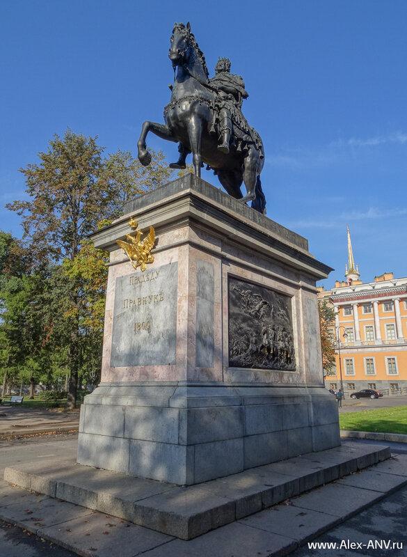 Памятник Петру I перед главным фасадом замка