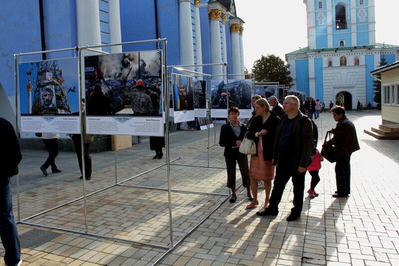 Посетители выставки фотокартин