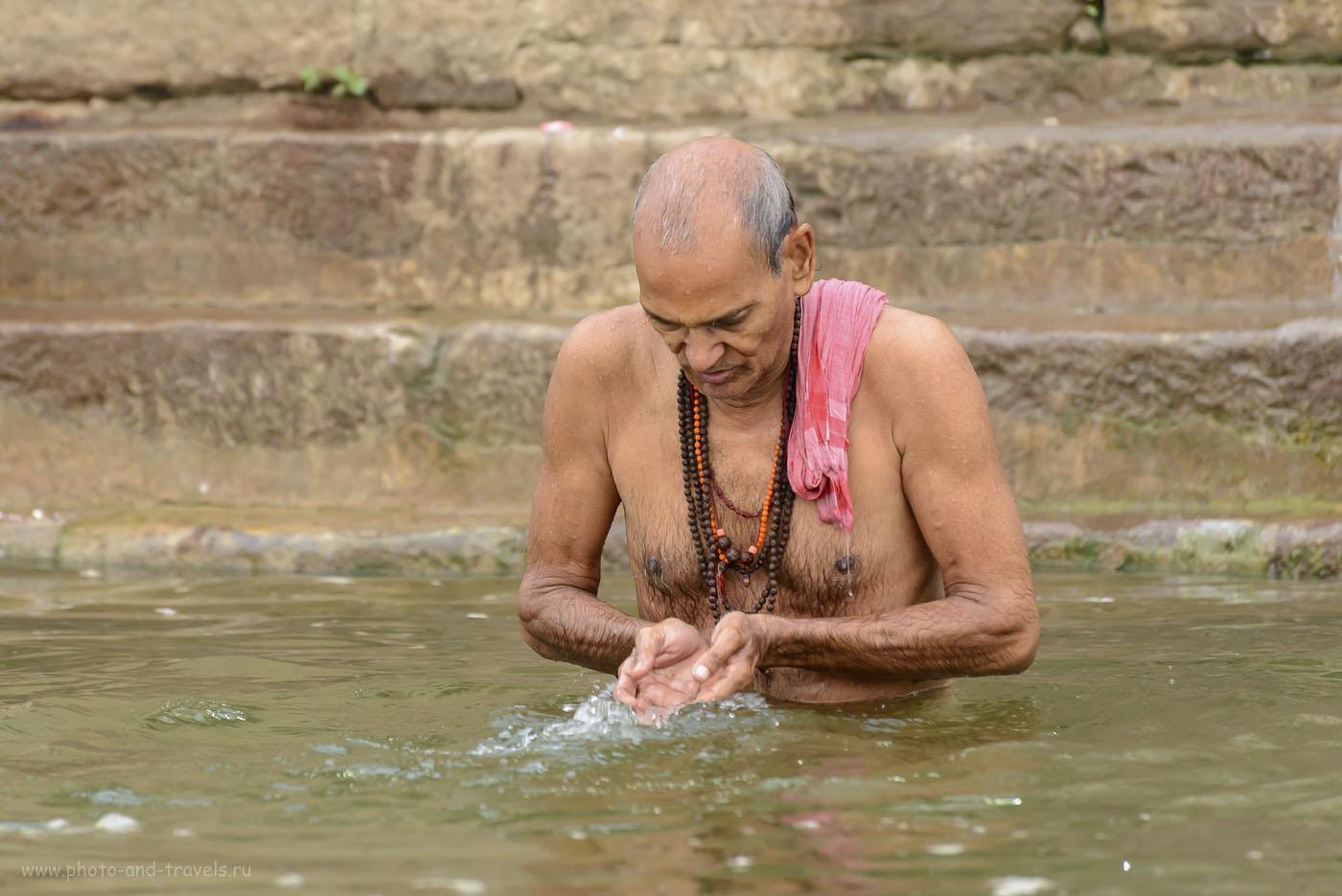 23. В святой воде. Гхаты в Каши. 1/200, 5.3, 1250, 200.