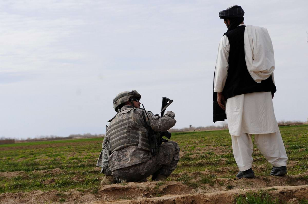Посреди маковых полей Афганистана - фотографии военнослужащих корпуса морской пехоты США (23)