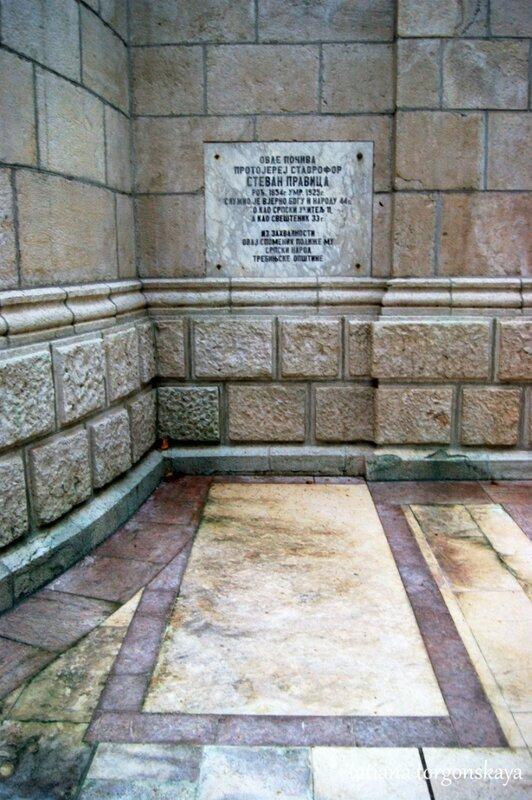 Захоронение подле стен собора